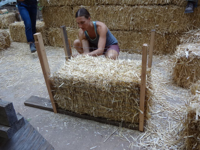 Building straw bales walls with external wire framing